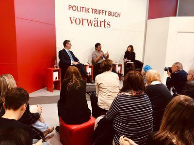 Bild: Thorsten Schäfer-Gümbel, Nicol Ljubic und Birgit Güll im Gespräch vor Publikum.